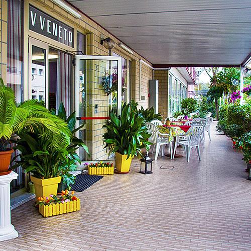 A Marina Centro di Rimini a soli 50 metri dal mare in zona tranquilla ed ombreggiata.<br>Hotel completamente climatizzato